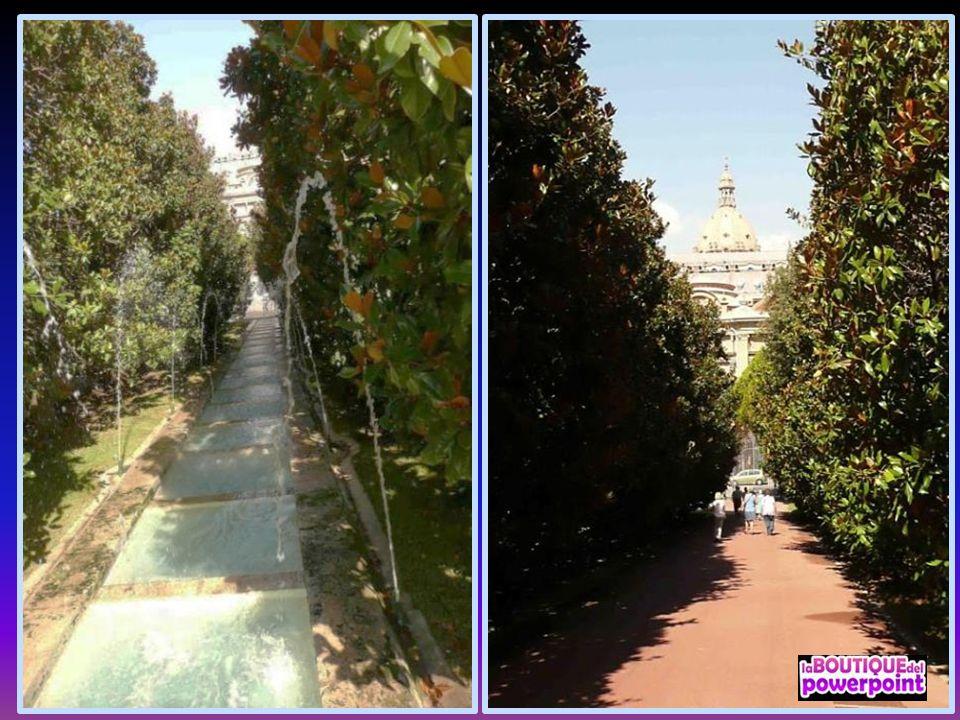 Al lado del Palacio Nacional, que es donde se encuentra la entrada principal de los jardines, una gran avenida de magnolias con un extenso estanque co
