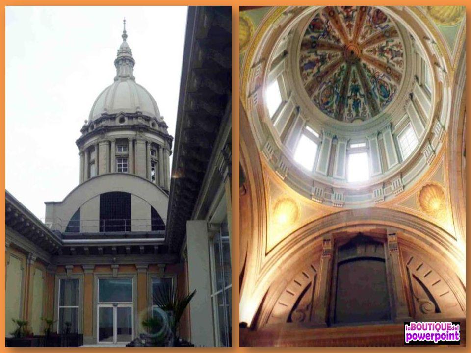 Josep de Togores decoró el tambor de la cúpula, Manuel Humbert intervino en las pechinas, Enric Casanovas realizó El Trabajo y La Religión en las pech