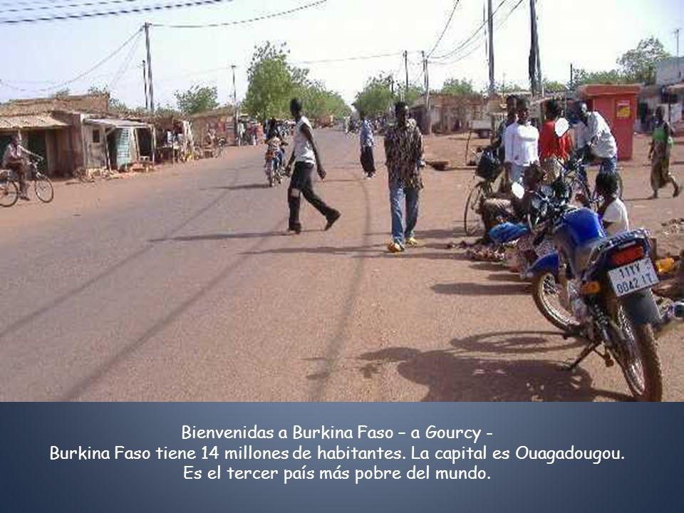 Bienvenidas a Burkina Faso – a Gourcy - Burkina Faso tiene 14 millones de habitantes. La capital es Ouagadougou. Es el tercer país más pobre del mundo