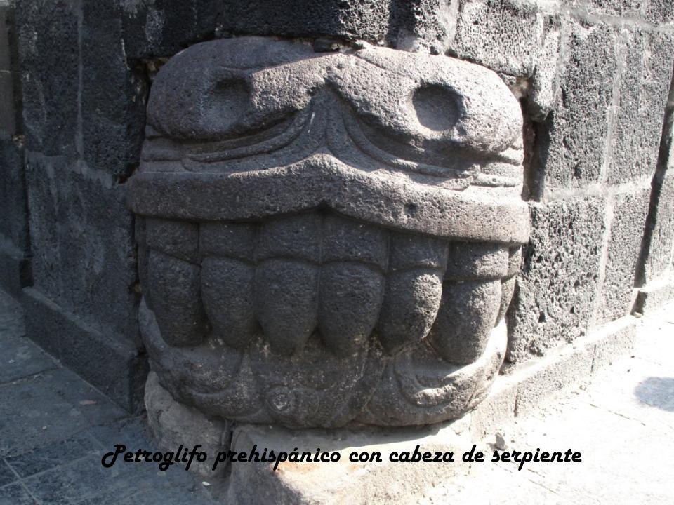 Petroglifo prehispánico con cabeza de serpiente