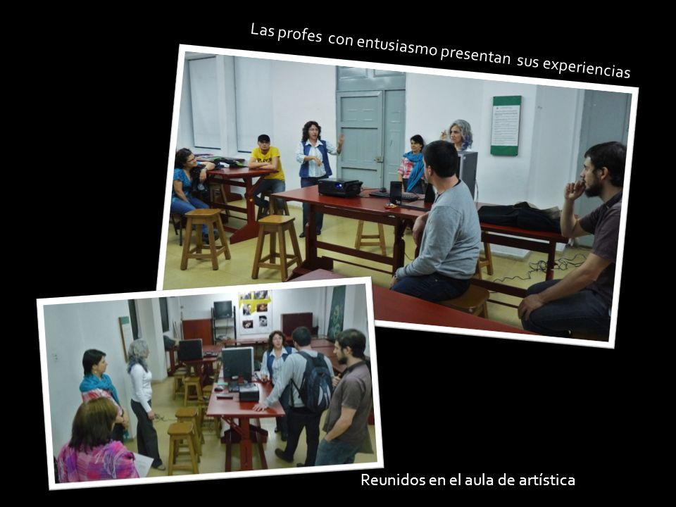Las profes con entusiasmo presentan sus experiencias Reunidos en el aula de artística
