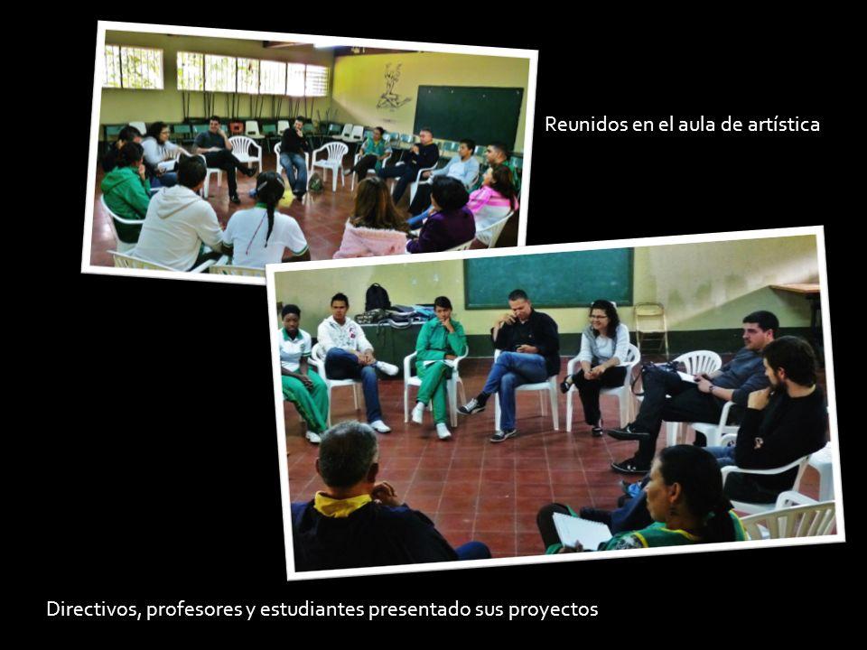Directivos, profesores y estudiantes presentado sus proyectos Reunidos en el aula de artística