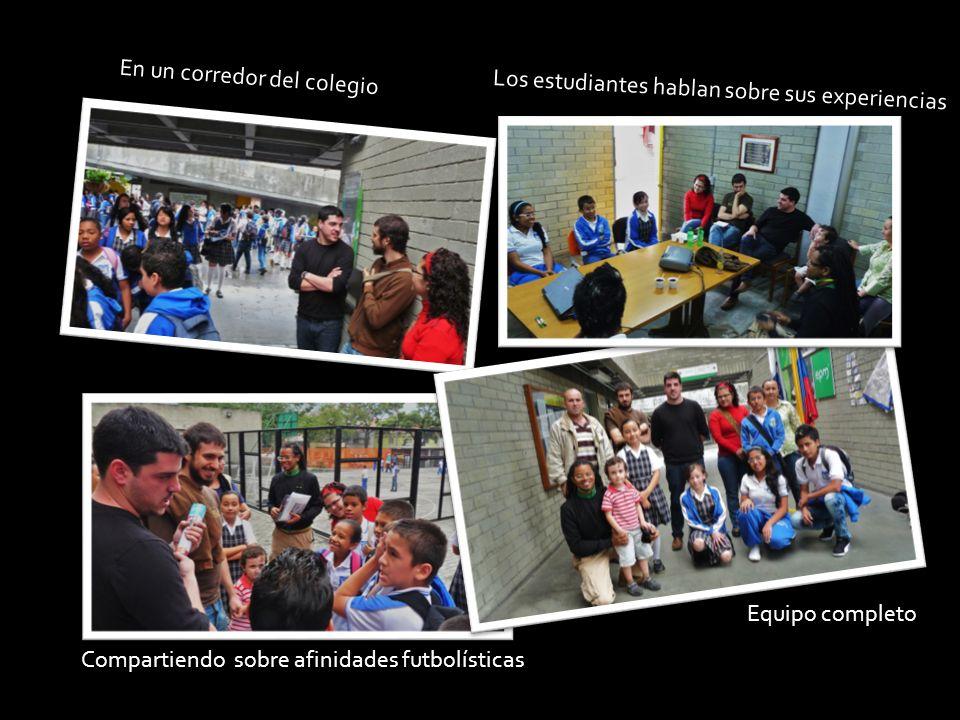 Los estudiantes hablan sobre sus experiencias Equipo completo Compartiendo sobre afinidades futbolísticas En un corredor del colegio