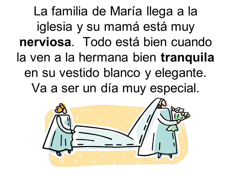 La familia de María llega a la iglesia y su mamá está muy nerviosa. Todo está bien cuando la ven a la hermana bien tranquila en su vestido blanco y el