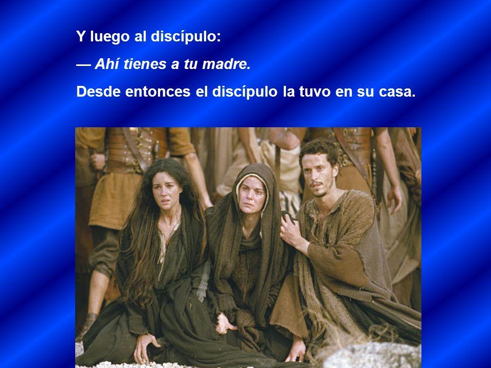 Estaban, junto a la cruz de Jesús, su madre, la hermana de su madre, María de Cleofás, y María Magdalena.