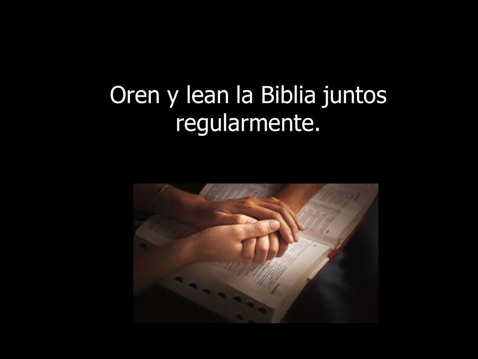 Oren y lean la Biblia juntos regularmente.