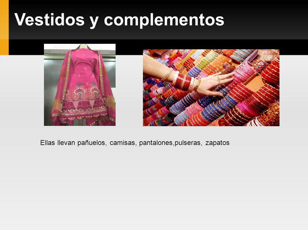 Vestidos y complementos Ellas llevan pañuelos, camisas, pantalones,pulseras, zapatos