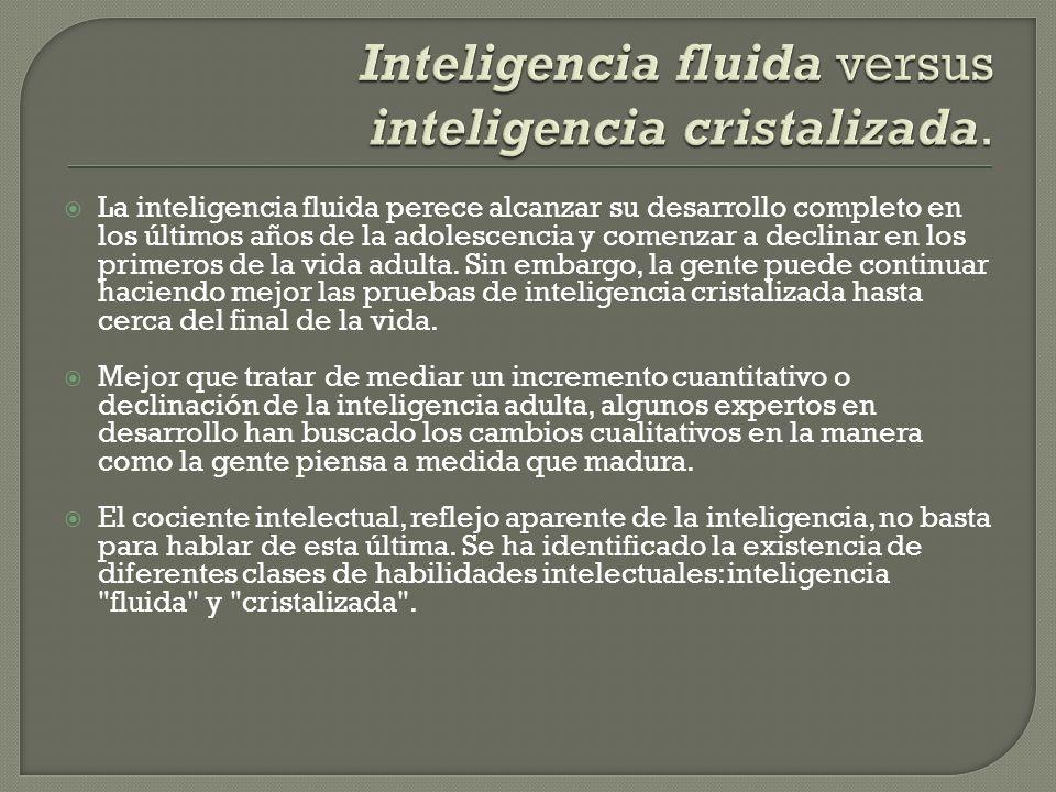 La inteligencia fluida perece alcanzar su desarrollo completo en los últimos años de la adolescencia y comenzar a declinar en los primeros de la vida