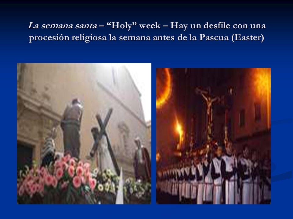 La semana santa – Holy week – Hay un desfile con una procesión religiosa la semana antes de la Pascua (Easter)