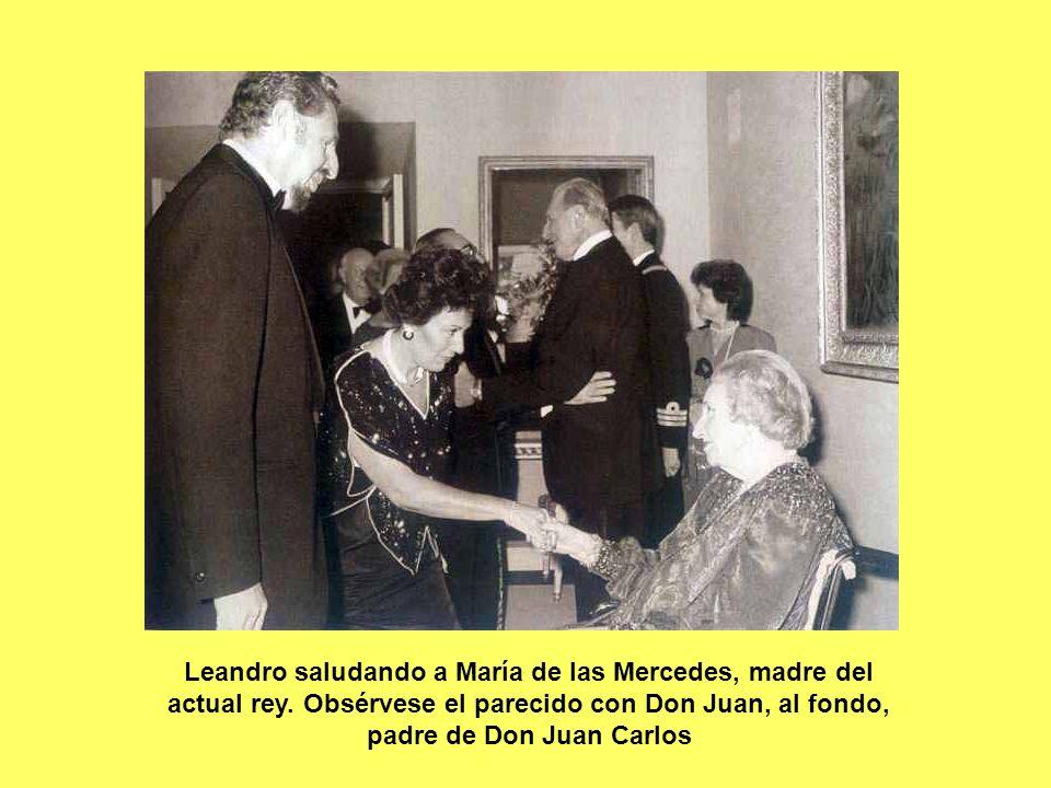 Leandro saludando a María de las Mercedes, madre del actual rey. Obsérvese el parecido con Don Juan, al fondo, padre de Don Juan Carlos