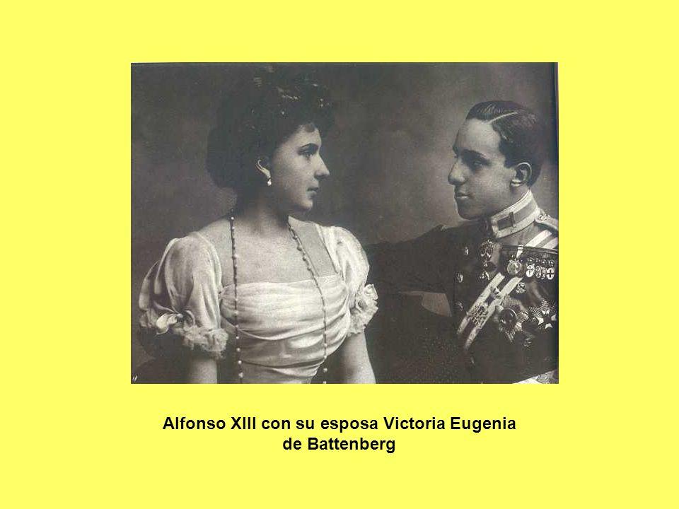Alfonso XIII con su esposa Victoria Eugenia de Battenberg