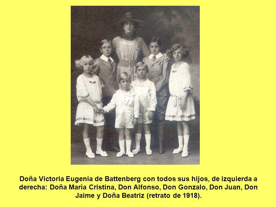 Doña Victoria Eugenia de Battenberg con todos sus hijos, de izquierda a derecha: Doña María Cristina, Don Alfonso, Don Gonzalo, Don Juan, Don Jaime y