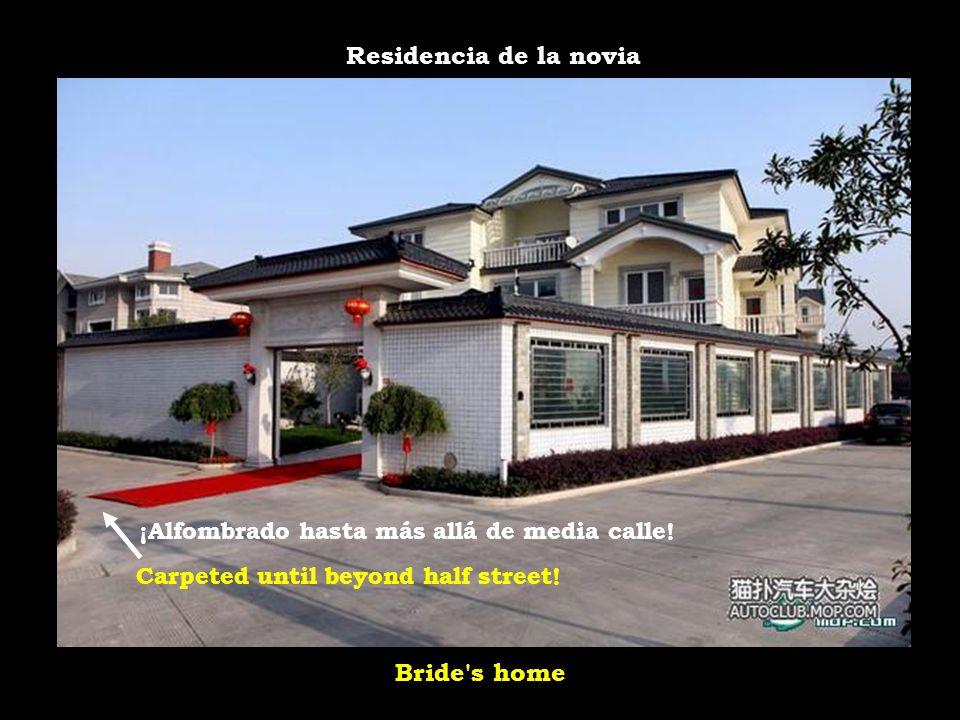 Residencia de la novia Bride s home ¡Alfombrado hasta más allá de media calle.
