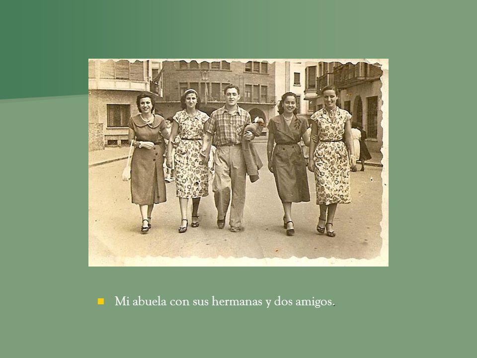. Mi abuela con sus hermanas y dos amigos.