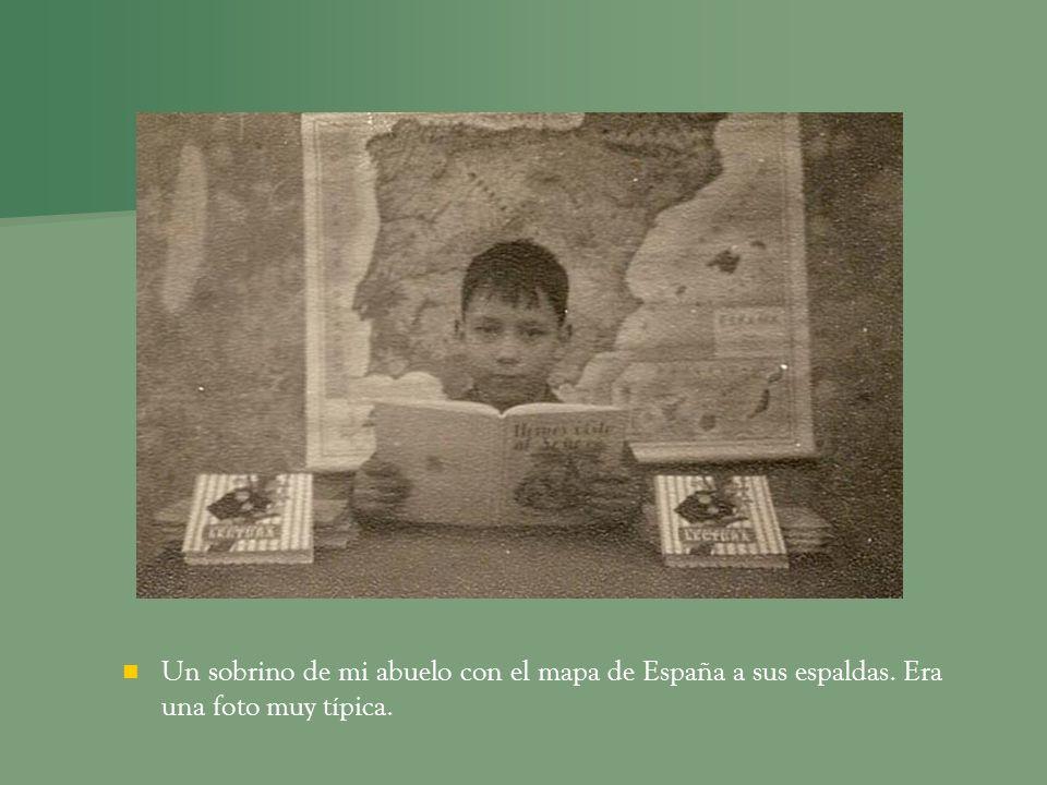 Un sobrino de mi abuelo con el mapa de España a sus espaldas. Era una foto muy típica.