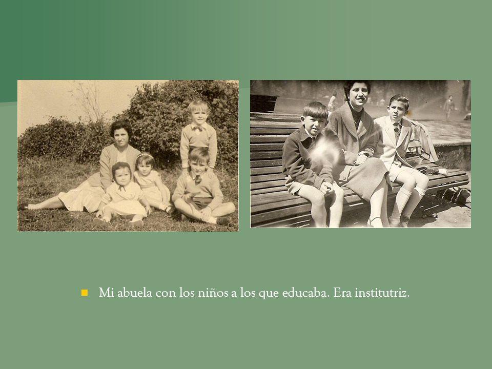 Mi abuela con los niños a los que educaba. Era institutriz.