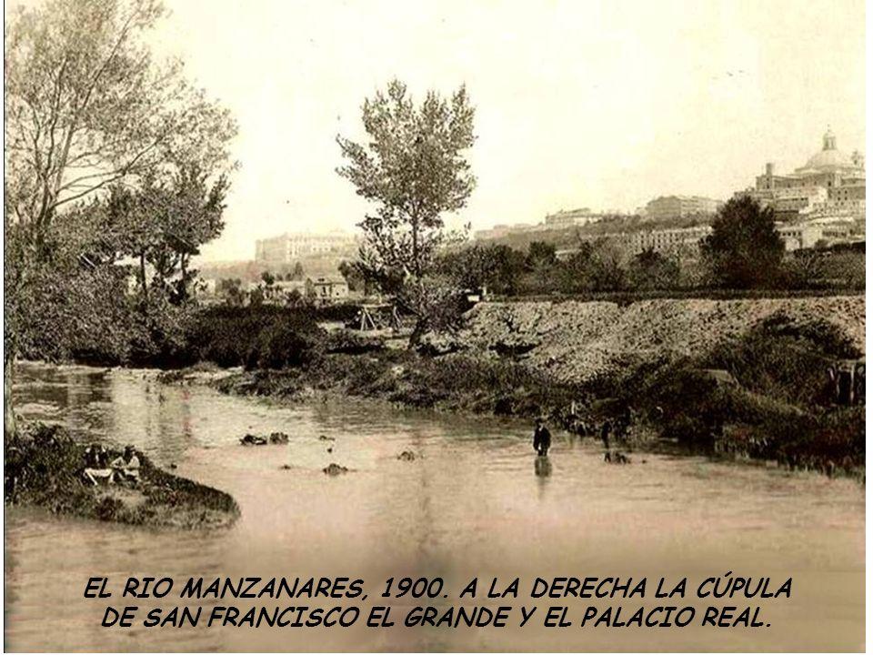 EL RIO MANZANARES, 1900. A LA DERECHA LA CÚPULA DE SAN FRANCISCO EL GRANDE Y EL PALACIO REAL.