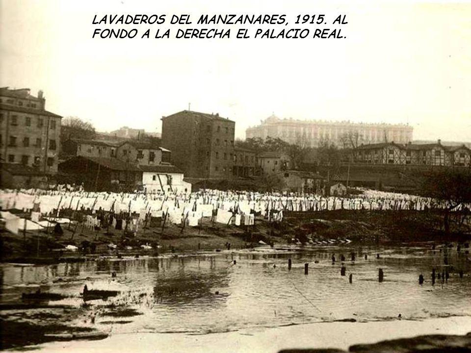 LAVADEROS DEL MANZANARES, 1915. AL FONDO A LA DERECHA EL PALACIO REAL.