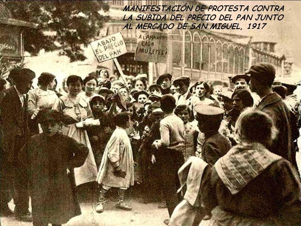 MANIFESTACIÓN DE PROTESTA CONTRA LA SUBIDA DEL PRECIO DEL PAN JUNTO AL MERCADO DE SAN MIGUEL, 1917