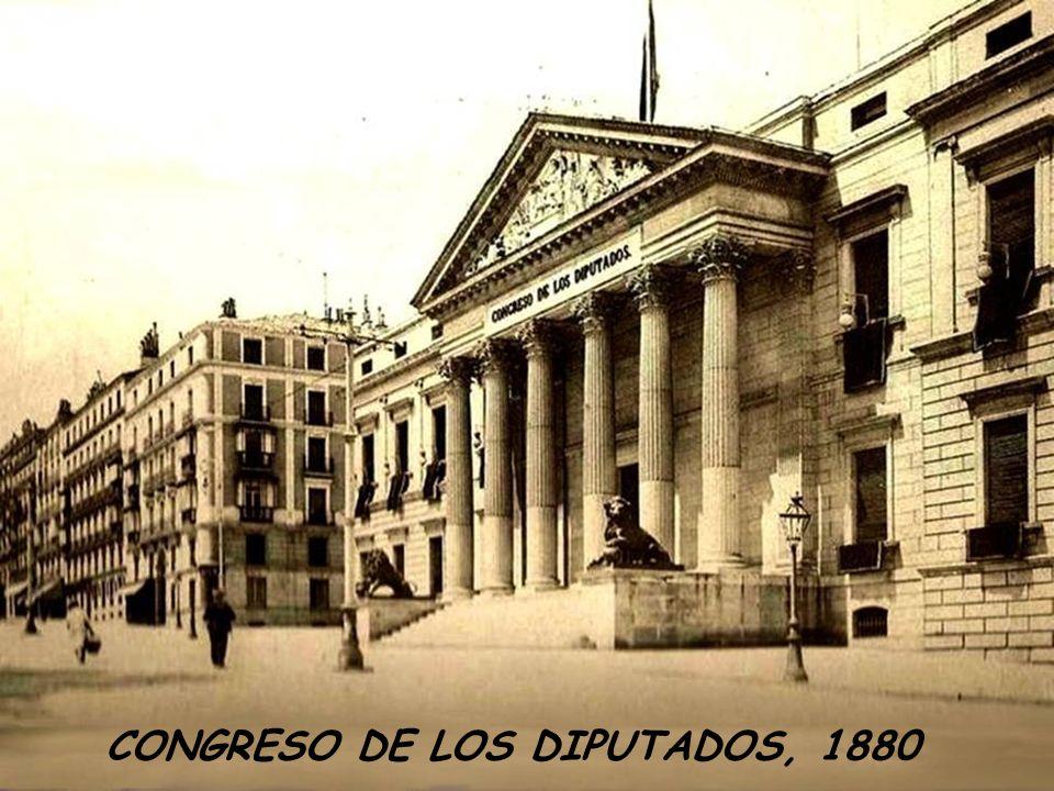 PUERTA DE ALCALÁ EN 1900. PUEDEN VERSE LAS VIAS DEL TRANVIA, Y AL FONDO LA ARBOLEDA DEL RETIRO.