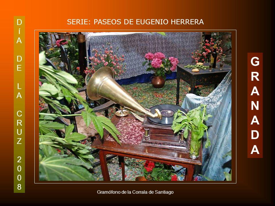 DíADELACRUZ2008DíADELACRUZ2008 SERIE: PASEOS DE EUGENIO HERRERA GRANADAGRANADA Detalle de radio con tocadiscos de la Corrala de Santiago