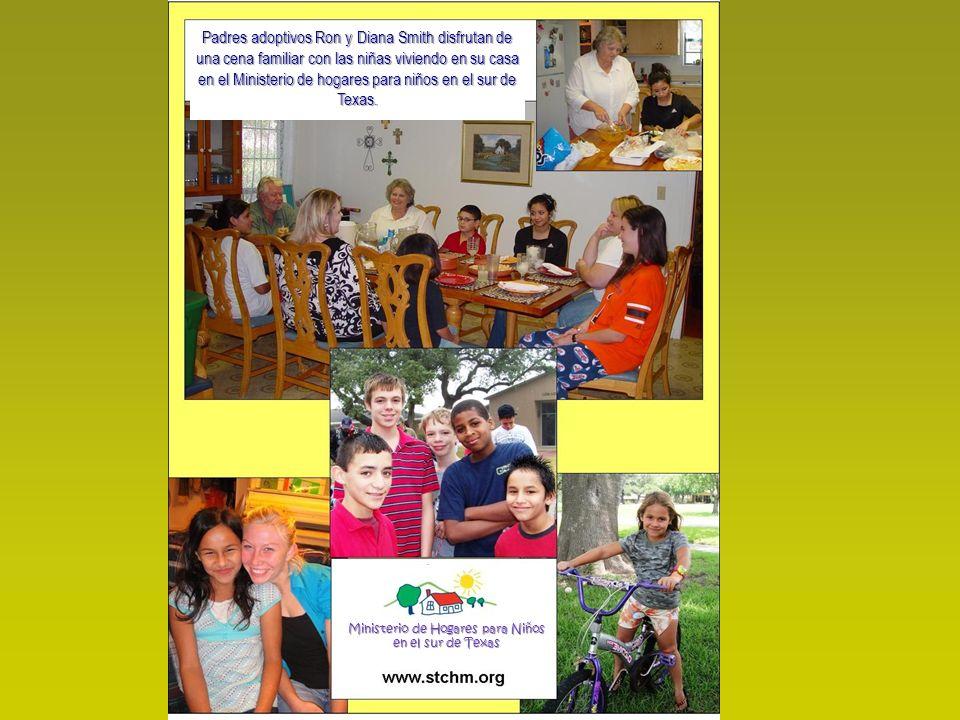 Padres adoptivos Ron y Diana Smith disfrutan de una cena familiar con las niñas viviendo en su casa en el Ministerio de hogares para niños en el sur d