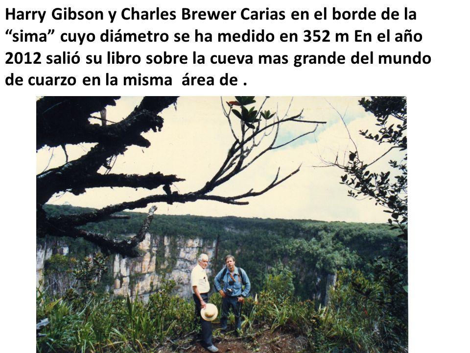 Harry Gibson y Charles Brewer Carias en el borde de la sima cuyo diámetro se ha medido en 352 m En el año 2012 salió su libro sobre la cueva mas grande del mundo de cuarzo en la misma área de.