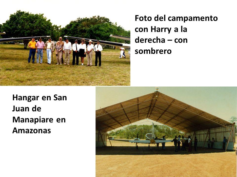 Hangar en San Juan de Manapiare en Amazonas Foto del campamento con Harry a la derecha – con sombrero