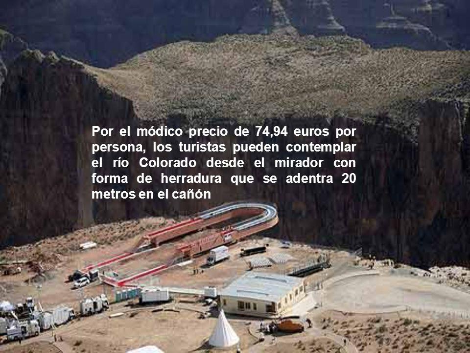 Por el módico precio de 74,94 euros por persona, los turistas pueden contemplar el río Colorado desde el mirador con forma de herradura que se adentra 20 metros en el cañón