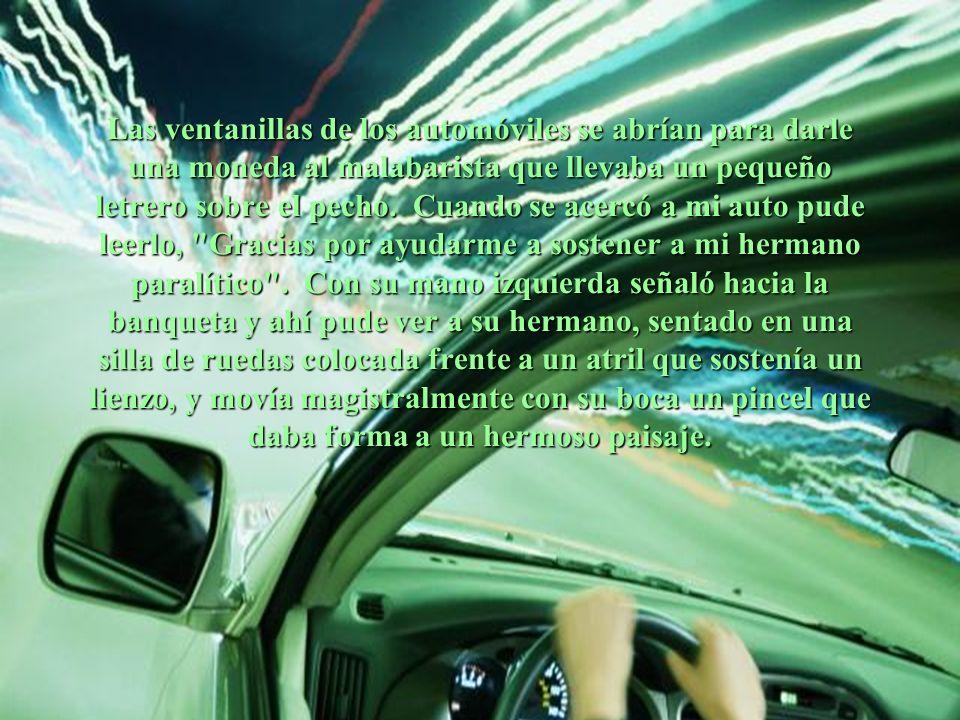 Las ventanillas de los automóviles se abrían para darle una moneda al malabarista que llevaba un pequeño letrero sobre el pecho.