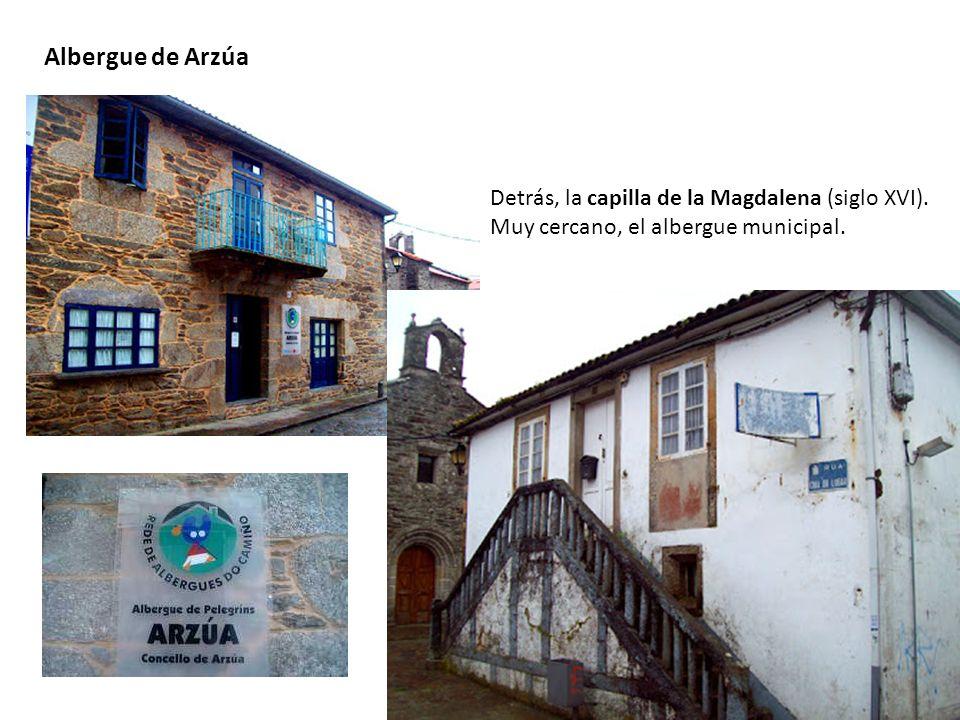 Albergue de Arzúa Detrás, la capilla de la Magdalena (siglo XVI). Muy cercano, el albergue municipal.