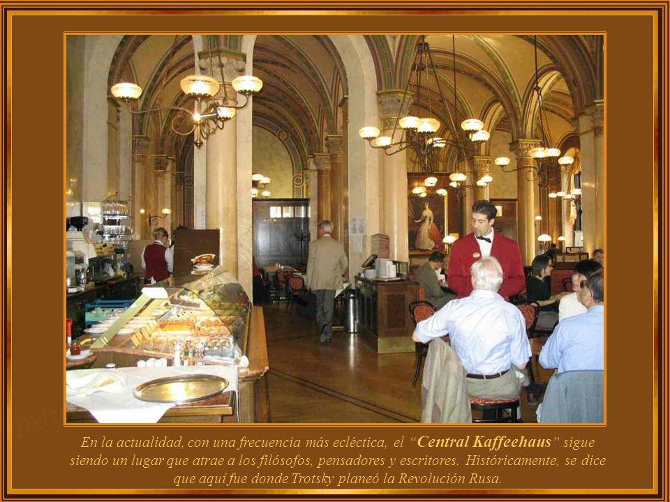 El Café Central tiene columnas de mármol, grandes arañas y techos abovedados. Dio la bienvenida a los intelectuales desde el siglo 19.