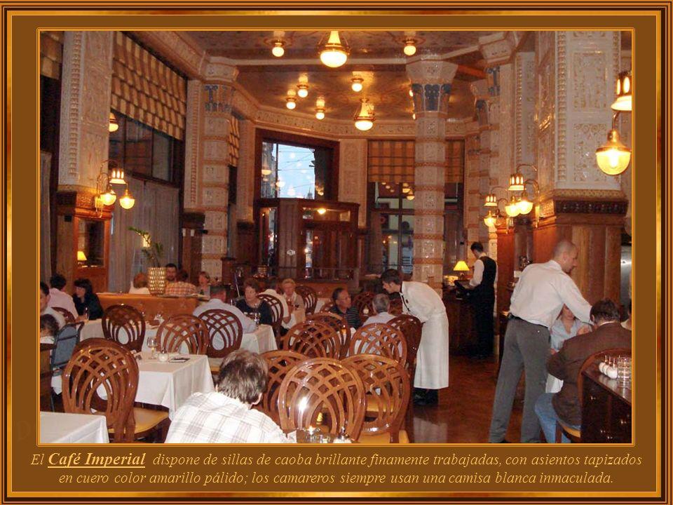Muchos de los grandes cafés de Praga han desaparecido después de la 2ª. Guerra Mundial, mientras que otros sobrevivieron y fueron restaurados a su glo