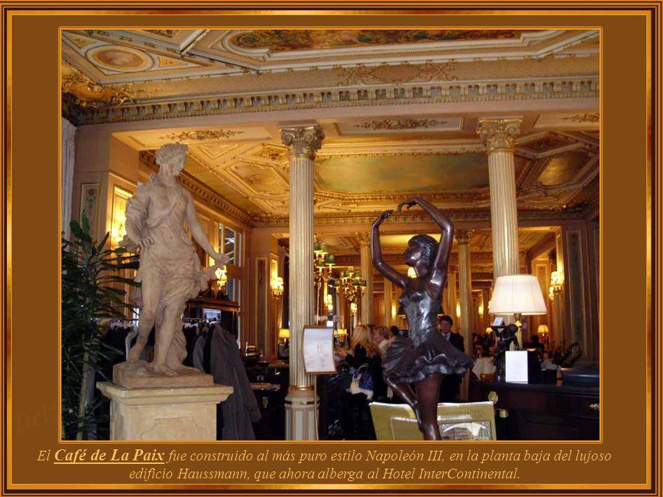 Café de La Paix se encuentra en la plaza Opera, en ángulo con respecto al Boulevard des Capucines. Fue diseñado por el mismo arquitecto que creó la Op