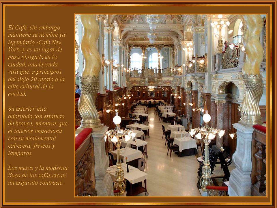 La decoración en base a espejos, pinturas románticas, oro, madera, mármol y muebles de época, ofrecen un encanto único a cada una de las pequeñas habitaciones que conforman su interior, convirtió en visitantes regulares al Caffè Greco, a Stendhal, Goethe, Byron Liszt, Keats, Ibsen, Hans Christian Andersen, entre muchos otros.