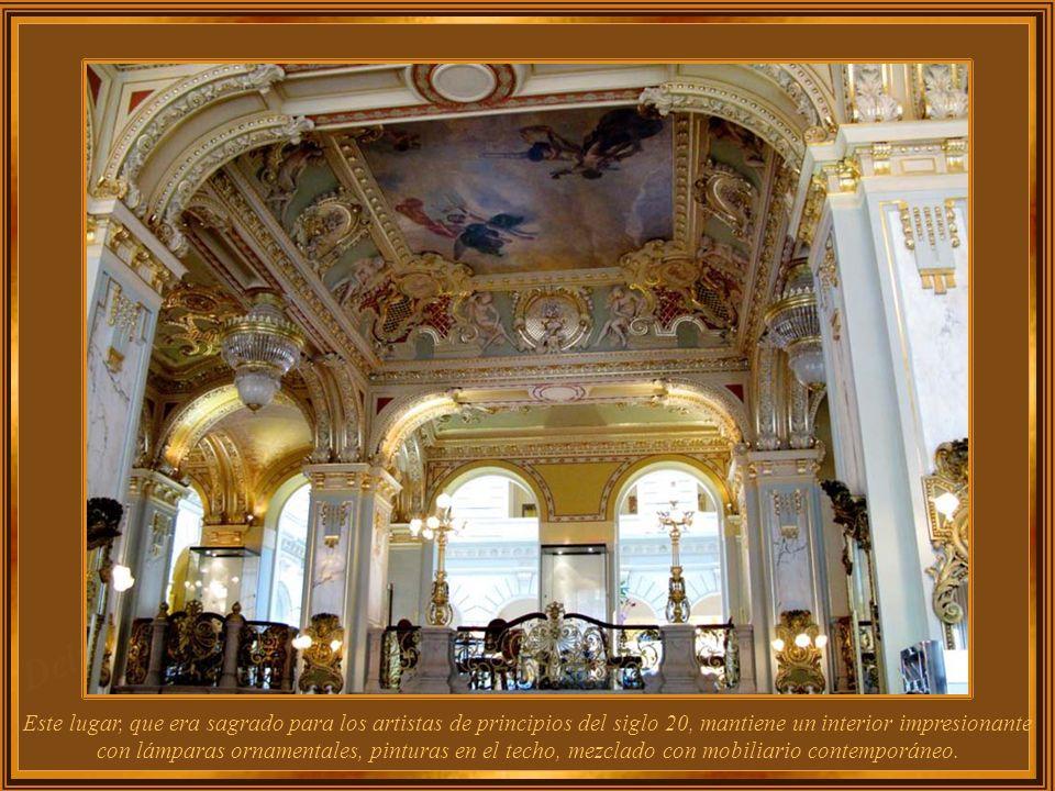 Este lugar, que era sagrado para los artistas de principios del siglo 20, mantiene un interior impresionante con lámparas ornamentales, pinturas en el techo, mezclado con mobiliario contemporáneo.