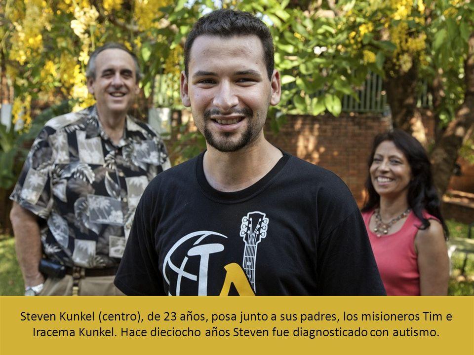 Steven Kunkel (centro), de 23 años, posa junto a sus padres, los misioneros Tim e Iracema Kunkel. Hace dieciocho años Steven fue diagnosticado con aut