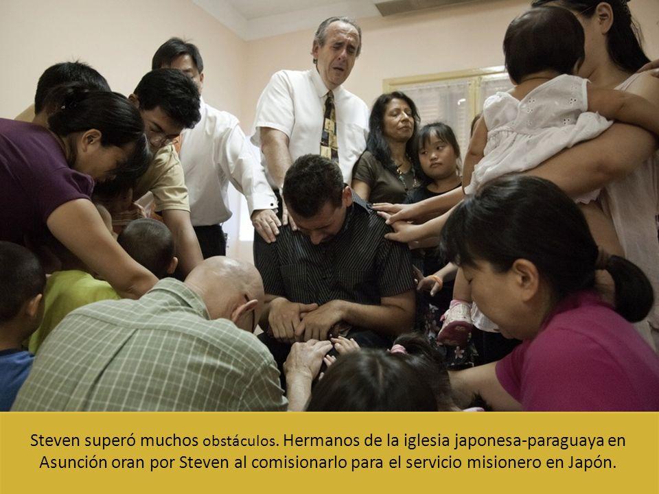 Steven superó muchos obstáculos. Hermanos de la iglesia japonesa-paraguaya en Asunción oran por Steven al comisionarlo para el servicio misionero en J