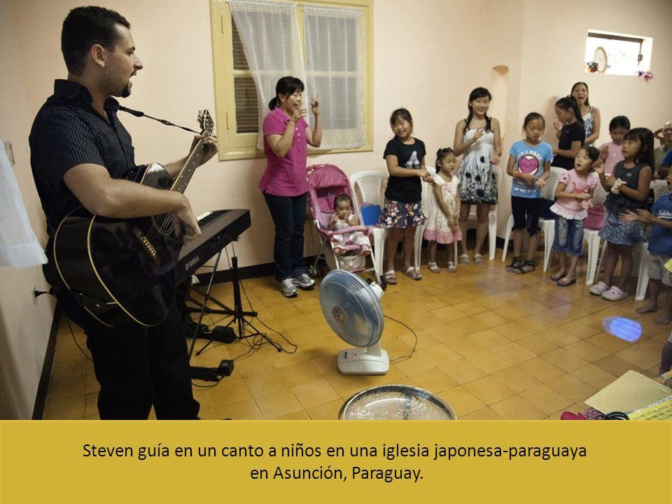 Steven guía en un canto a niños en una iglesia japonesa-paraguaya en Asunción, Paraguay.