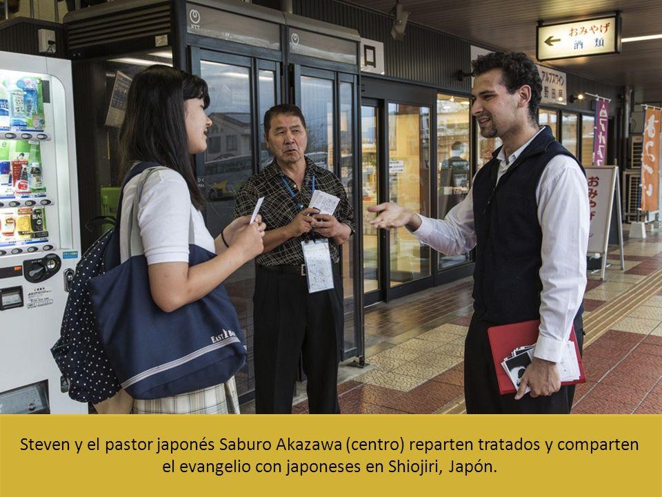 Steven y el pastor japonés Saburo Akazawa (centro) reparten tratados y comparten el evangelio con japoneses en Shiojiri, Japón.