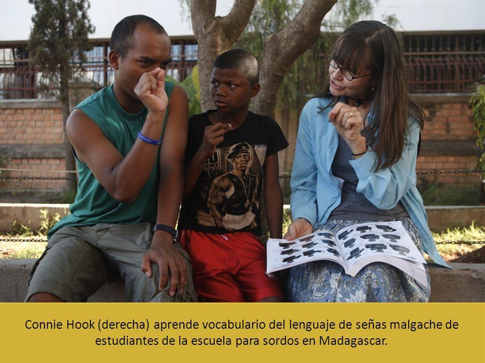 Connie Hook (derecha) aprende vocabulario del lenguaje de señas malgache de estudiantes de la escuela para sordos en Madagascar.