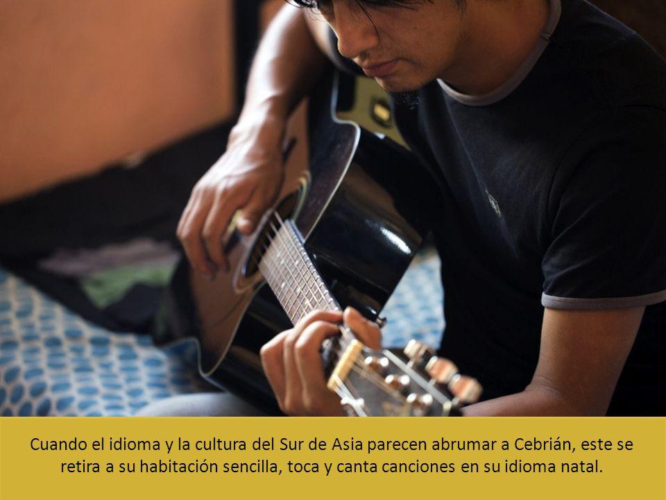 Cuando el idioma y la cultura del Sur de Asia parecen abrumar a Cebrián, este se retira a su habitación sencilla, toca y canta canciones en su idioma