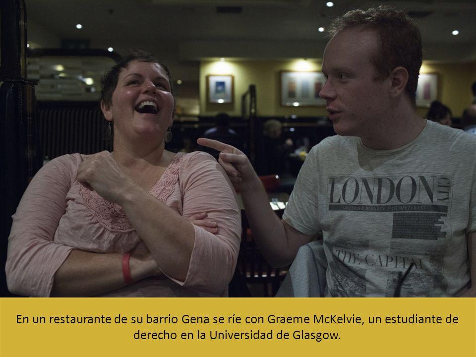En un restaurante de su barrio Gena se ríe con Graeme McKelvie, un estudiante de derecho en la Universidad de Glasgow.