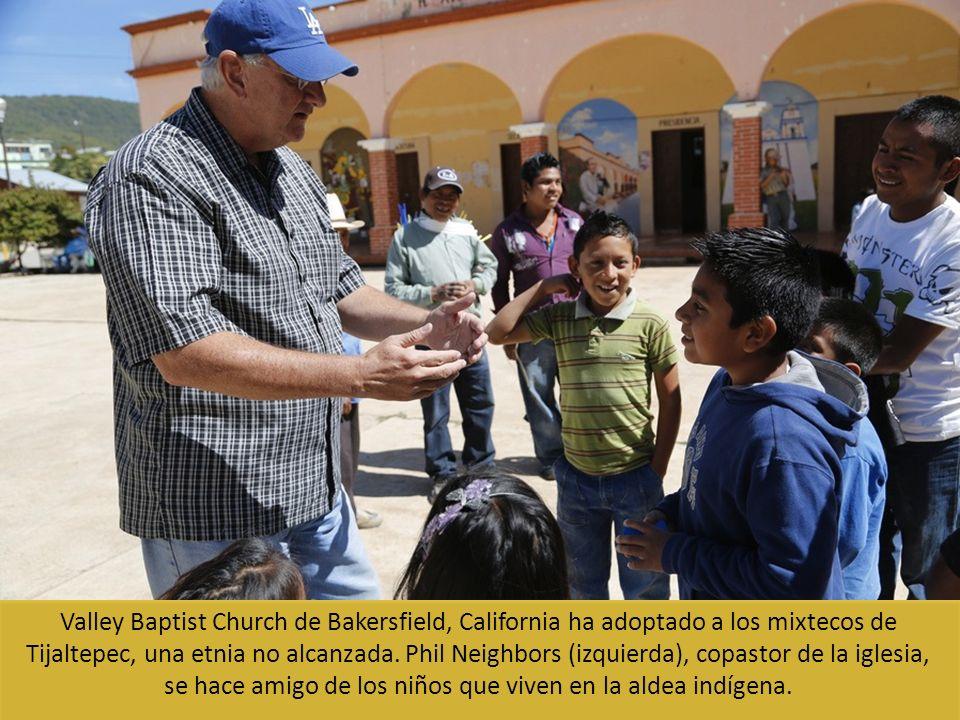Valley Baptist Church de Bakersfield, California ha adoptado a los mixtecos de Tijaltepec, una etnia no alcanzada. Phil Neighbors (izquierda), copasto