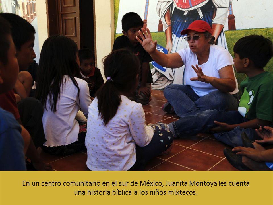 En un centro comunitario en el sur de México, Juanita Montoya les cuenta una historia bíblica a los niños mixtecos.