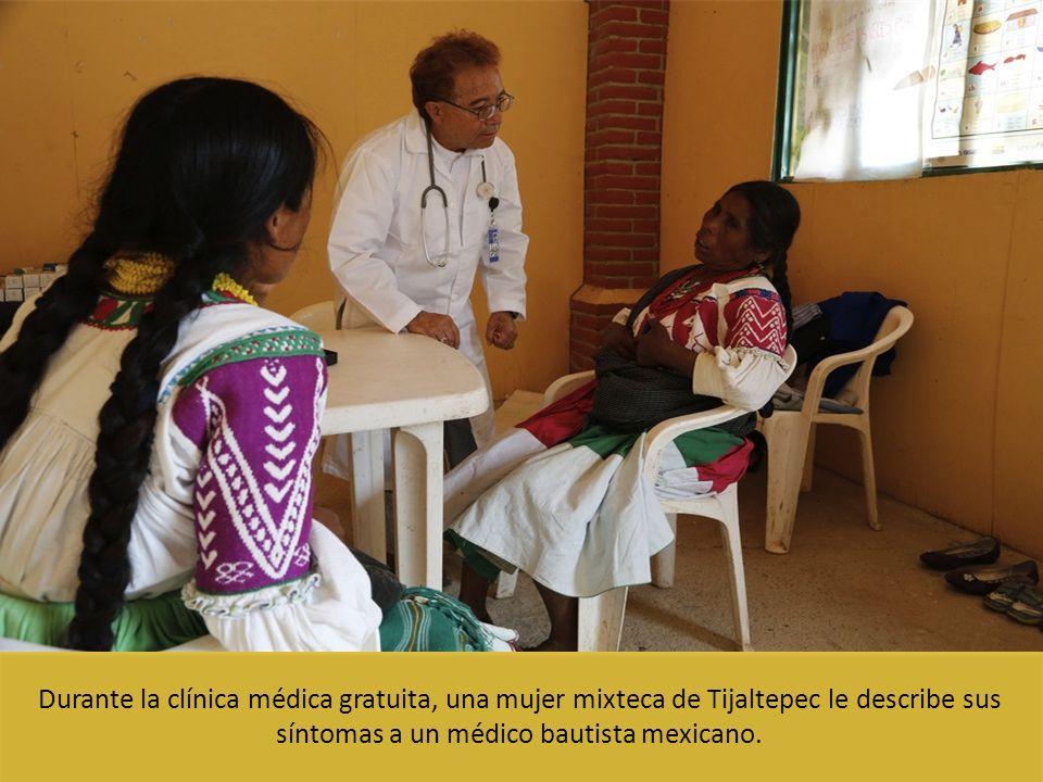 Durante la clínica médica gratuita, una mujer mixteca de Tijaltepec le describe sus síntomas a un médico bautista mexicano.