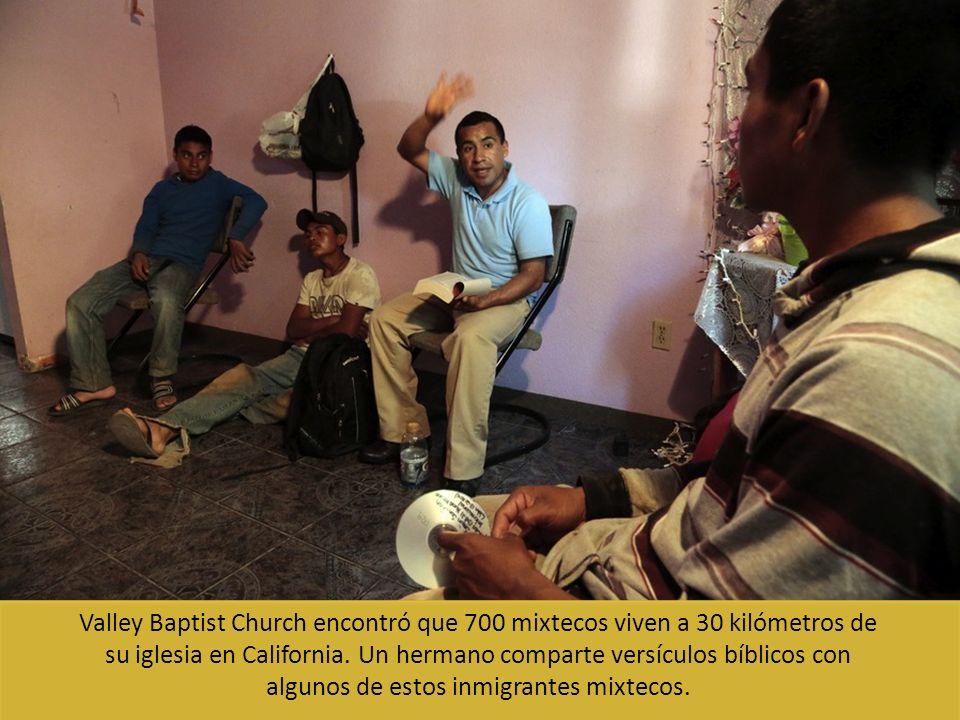 Valley Baptist Church encontró que 700 mixtecos viven a 30 kilómetros de su iglesia en California. Un hermano comparte versículos bíblicos con algunos
