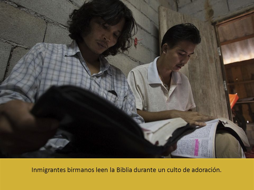 Inmigrantes birmanos leen la Biblia durante un culto de adoración.