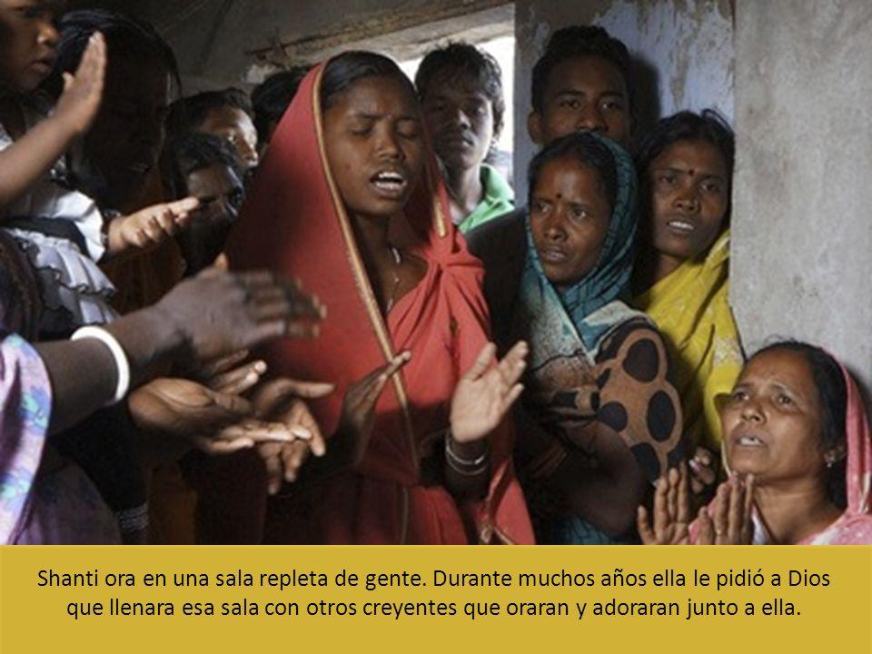 Shanti ora en una sala repleta de gente. Durante muchos años ella le pidió a Dios que llenara esa sala con otros creyentes que oraran y adoraran junto