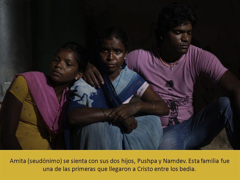 Amita (seudónimo) se sienta con sus dos hijos, Pushpa y Namdev. Esta familia fue una de las primeras que llegaron a Cristo entre los bedia.